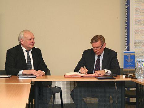 Užsienio reikalų ministras A. Ažubalis: tarptautinėje plotmėje svarbus ir verslo interesas