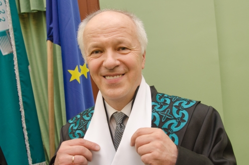 Vladui Lašui įteiktos KTU garbės daktaro regalijos
